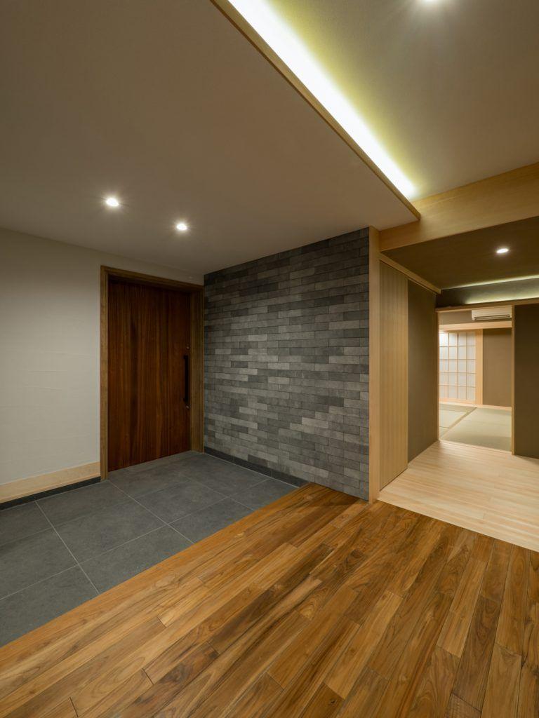 北林泉の家 玄関夕景 玄関 間接照明 新築 石 土間 木 住宅
