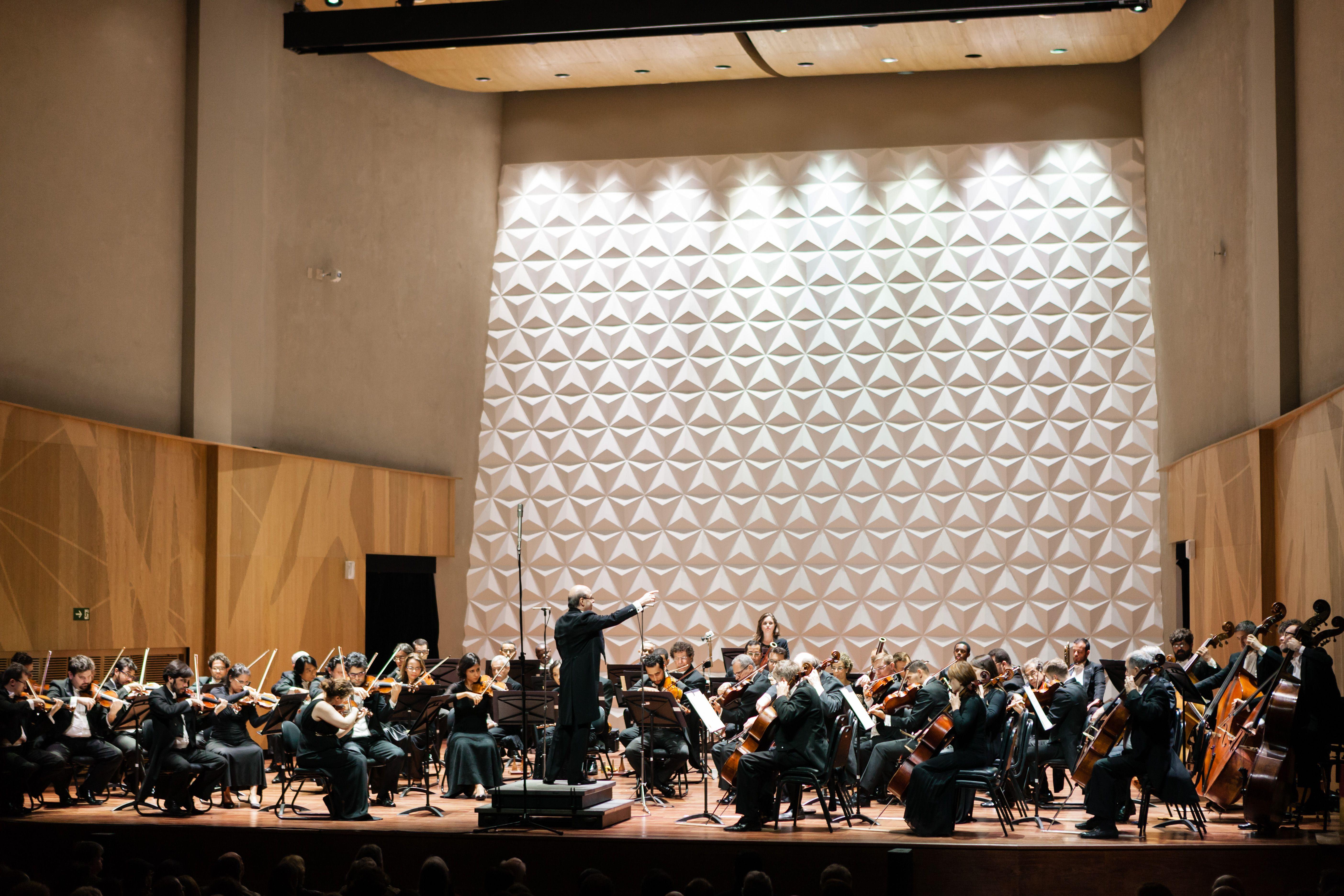 O maestro Roberto Tibiriçá rege a OSB na Sala Cecília Meireles em um concerto dedicado a Beethoven. Foto: Cicero Rodrigues
