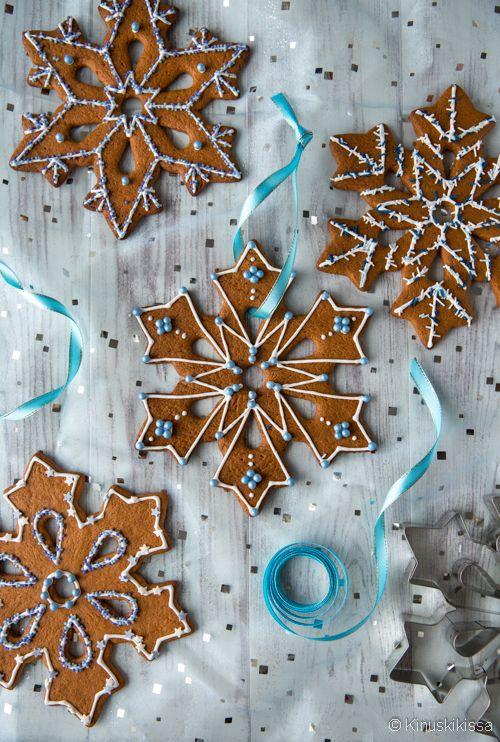 Piparkakkutaikinasta tehty jättimäinen lumihiutale sopii joulukodin somistukseksi tai lahjaksi. Samasta muotista saa erilaisilla koristeluilla monta mallia. Yksittäiskuvat malleista löytyvät reseptin lopusta. Isot piparit lumihiutalemuotilla 8 jättipiparia Taikina: 100 g huoneenlämpöistä voita 1 ¼ dl sokeria ¾ dl siirappia 1 muna 500 g vehnäjauhoja 2 tl leivinjauhetta 1 tl kanelia 1 tl jauhettua inkivääriä 1 tl […]