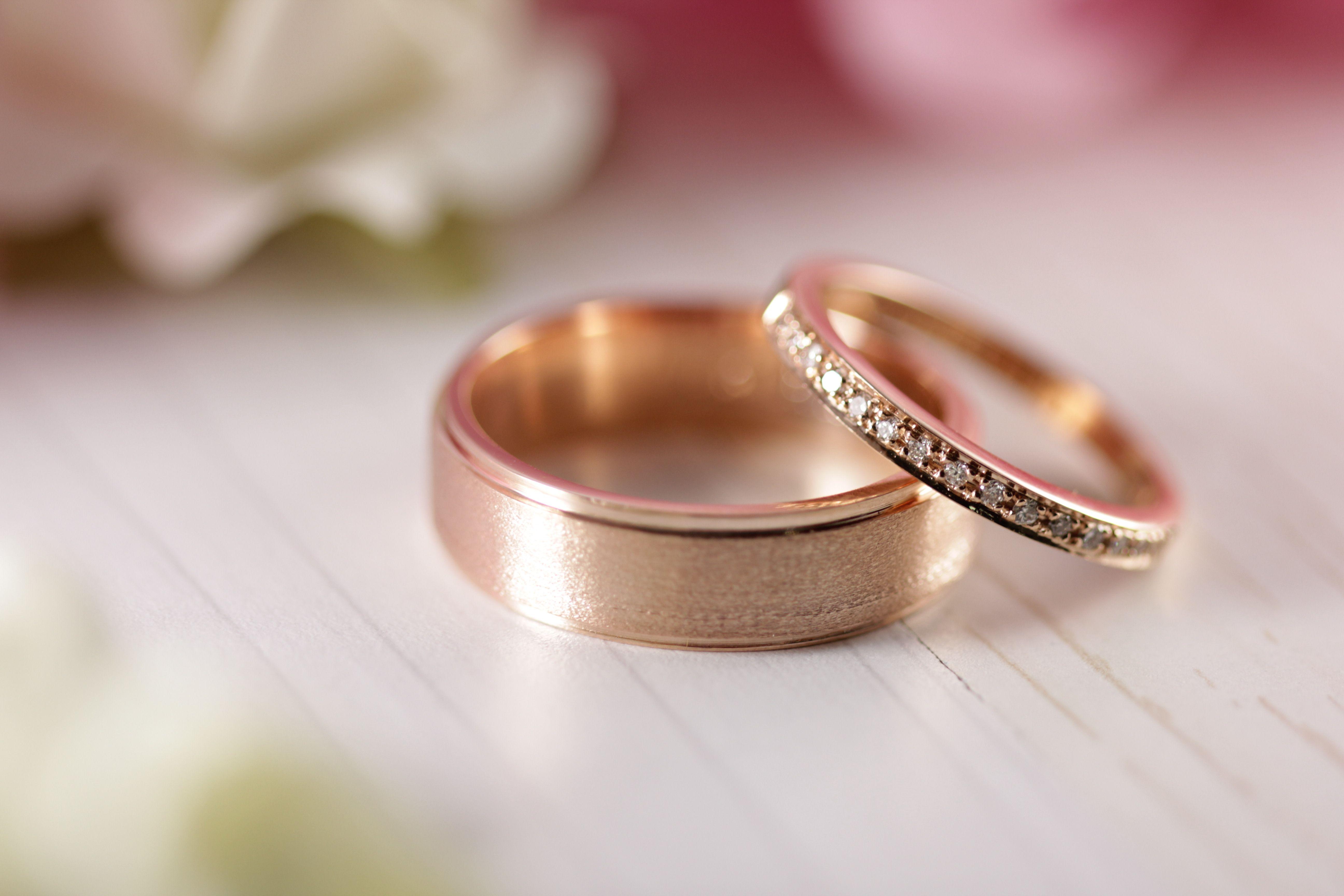 9a36fe7bc5e8 Argollas de matrimonio fabricadas en oro rosa de 14K con diamantes ...