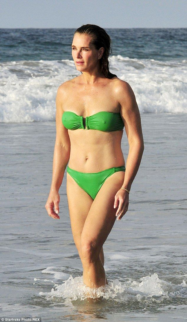 Brooke Shields, 49, shows off her hot bod in a green ...