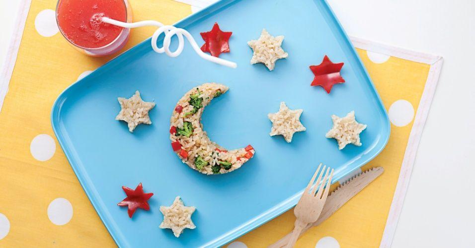 """Lua e estrelas de arroz integral com brócolis e pimentão vermelho podem animar seu filho a experimentar uma refeição saudável, ideia do livro """"Guia Descomplicado da Alimentação Infantil"""""""
