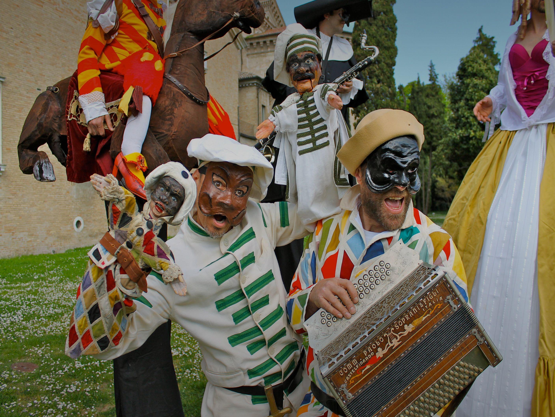 Festival que promueve el teatro de títeres como una forma artística de raíz tradicional, adaptándose a los tiempos sin renunciar a su origen popular