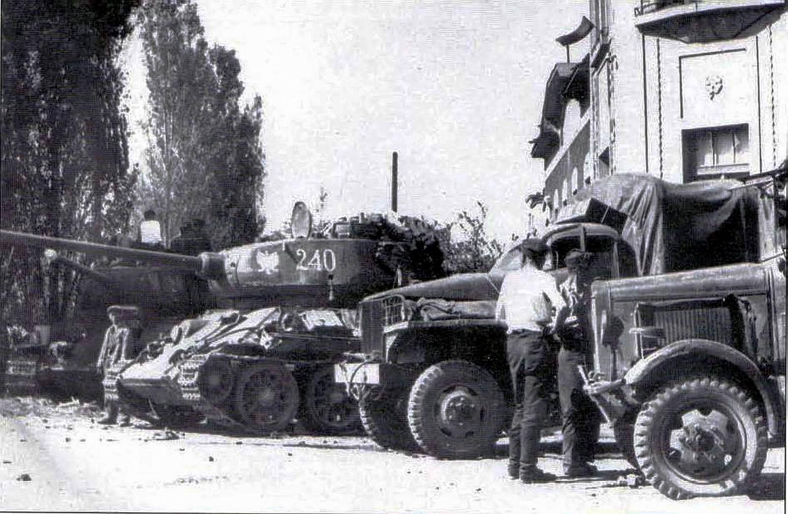 Polskie T-34-85 z 2 Batalionu Motocyklowego 1 Korpusu Zmechanizowanego nad rzeką Zravca w Czechach. Maj 1945 r.