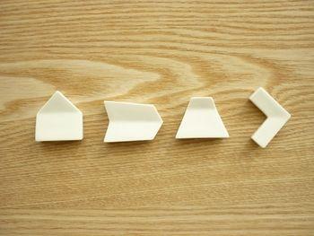 形は左から家、矢羽、山、くの字とモダンなデザイン。