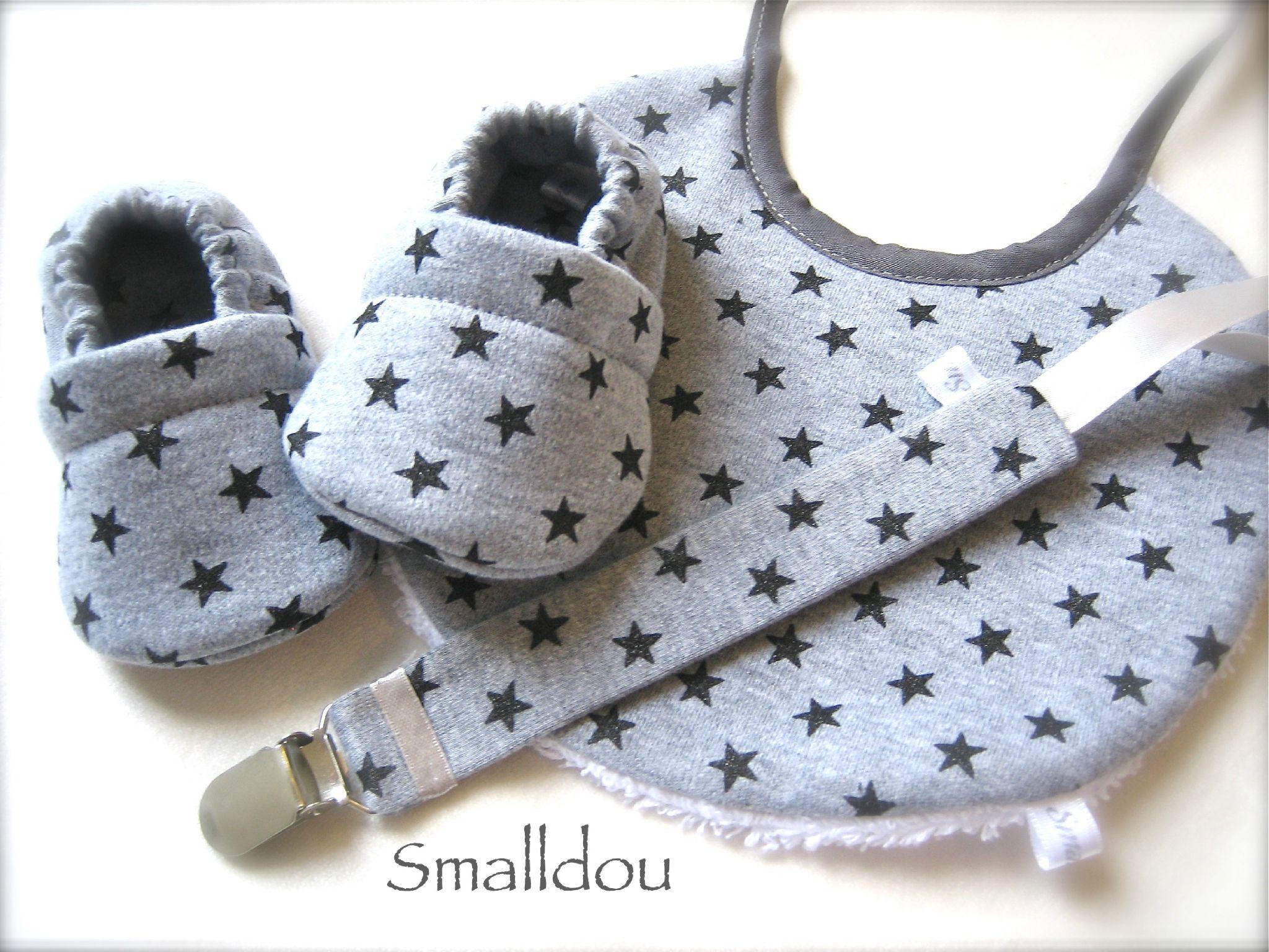 Coffret cadeau smalldou chaussons bébé, attache tétine, bavoir jersey gris  étoiles noires