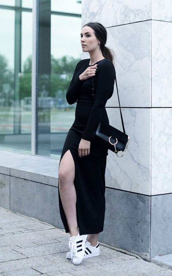 148cfb3376 Street style look com vestido preto fenda manga longa e tênis branco Adidas.