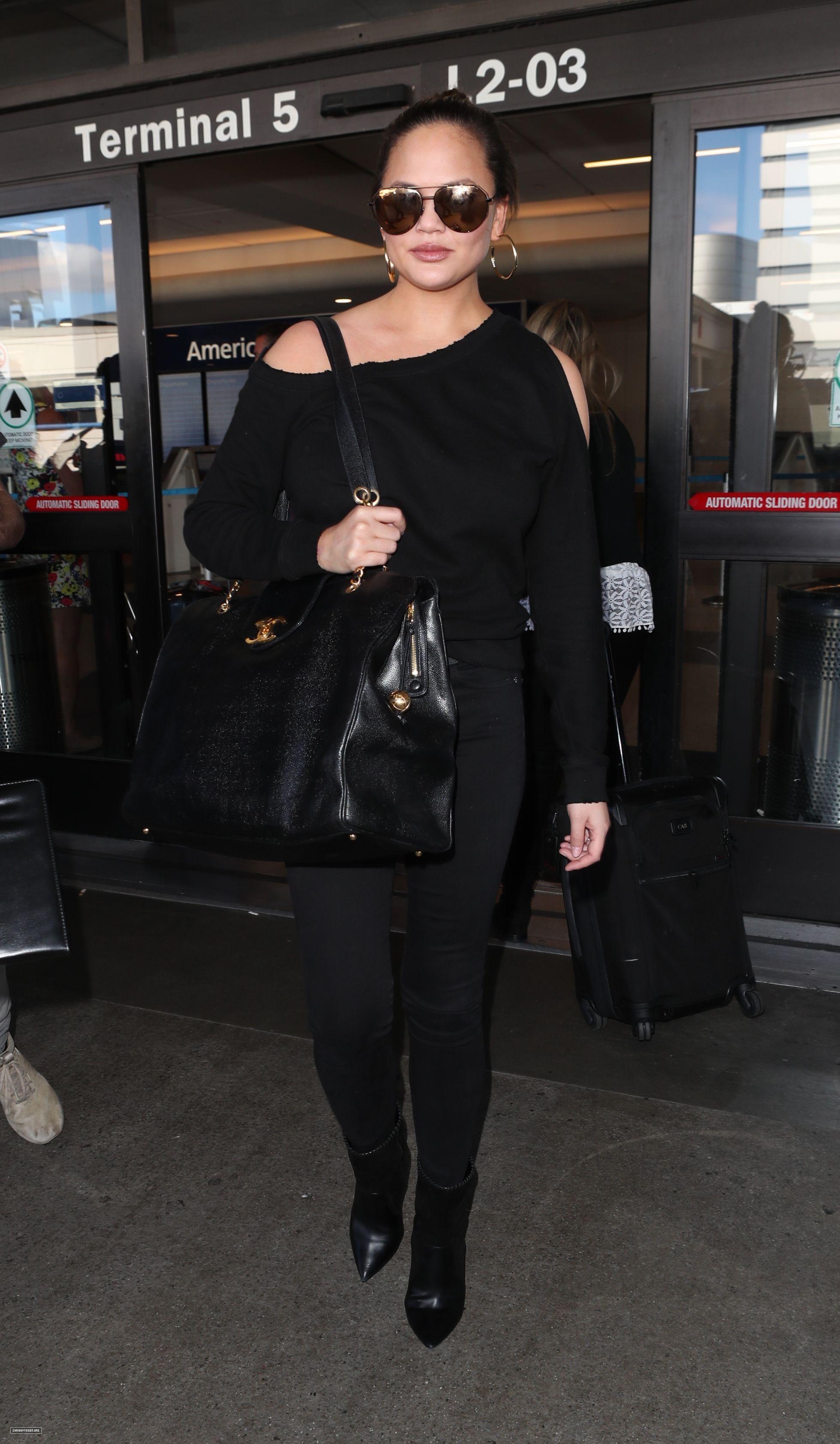 November 09, 2017 Chrissy Teigen leaving the Los Angeles