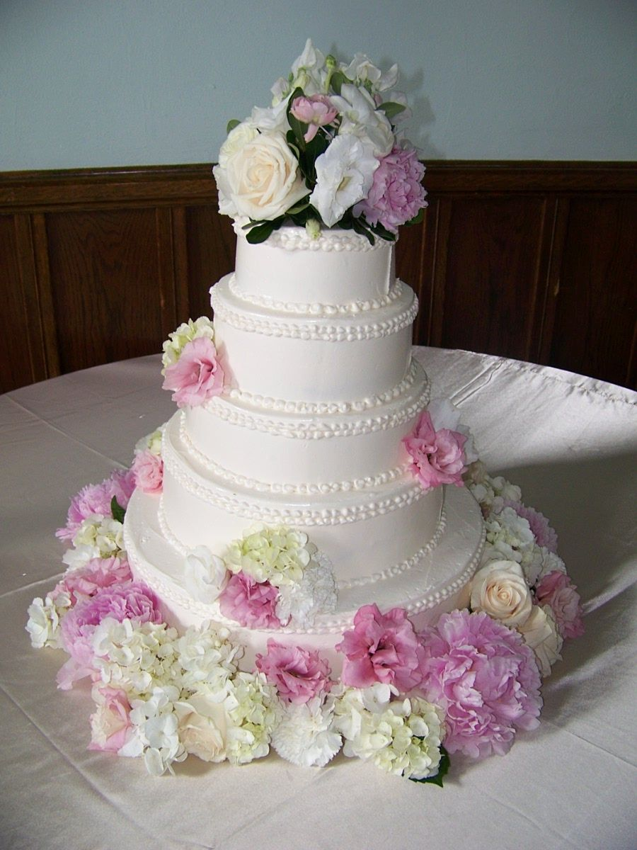 Buttercream wedding cake with simple piping and beautiful