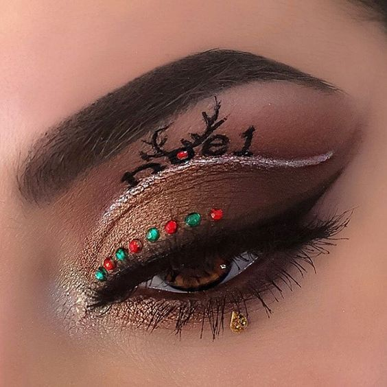 31 Stunning Christmas Makeup Looks You'll Love - Page 14 of 31 - SeShell Blog holidaymakeup #holidaynails #christmasmakeuplook #christmasglitter #christmasnight #simplechristmas #makeupgoals #makeupinspo #eyemakeupart