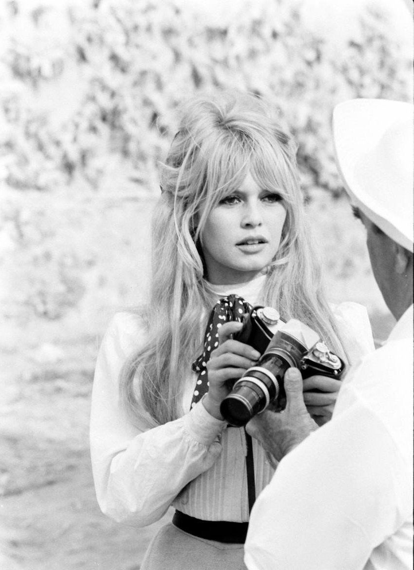 Photo of Brigitte Bardot kranglet et kamera
