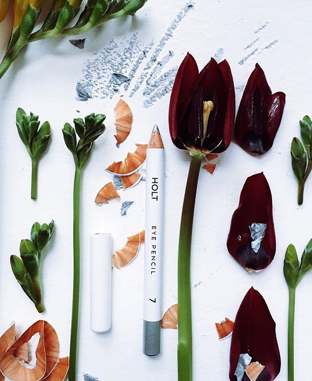 A Make-Up Artist's dream. Our wax-based eyeliner HOLT enriched with mango seed macadamia oils and - as all UND GRETEL products - all natural and organic <3 #undgretel #organic #makeup #natural #cosmetics #silver #eyeliner