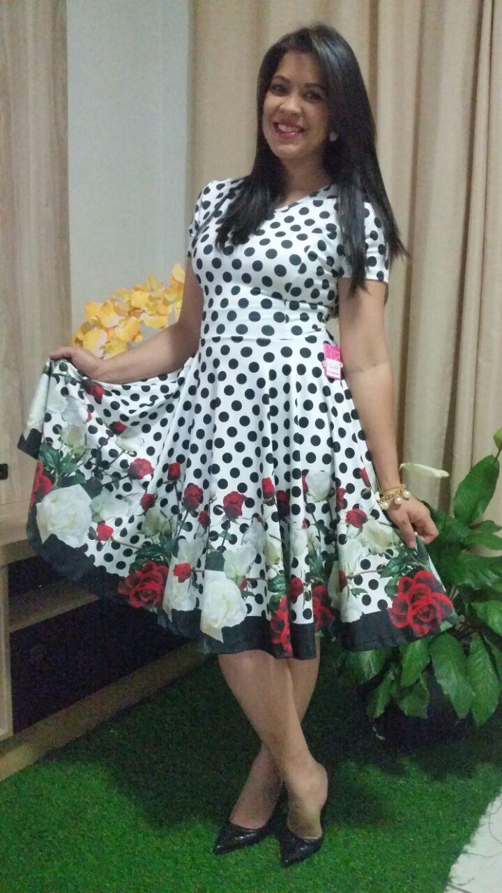 6c5dfd01b Vestido godê em neoprene com estampa de poás, branco e barrado de flores.