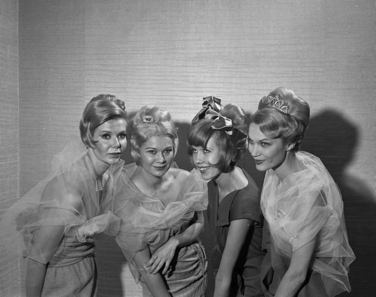 Models (l. to r.) Gail MacDermott, Lillian Jarvis, Zwen Getter, Tynee Turner preview hairdos for holiday season at Statler Hilton.