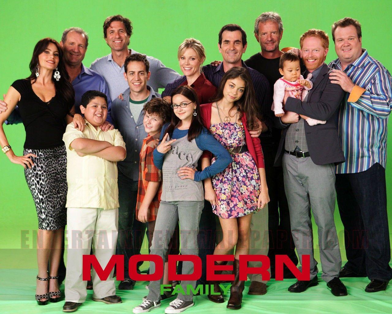 Http Www Entertainmentwallpaper Com Images Desktops Movie Tv Modern Family11 Jpg Modern Family Family Tv Series Family Tv