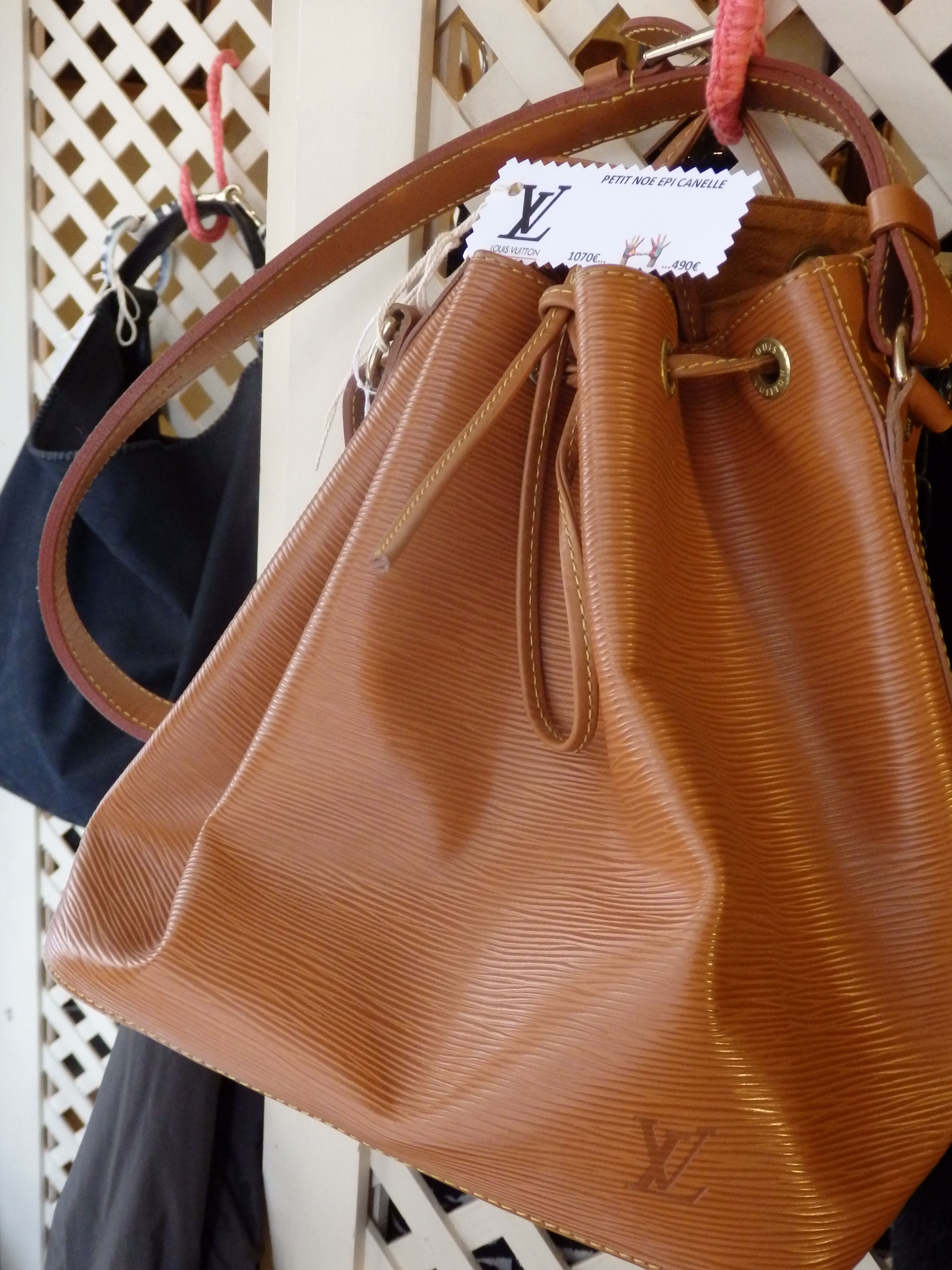 aa44bb495 Bolso tipo saco en piel marrón con cierre de cordón de Louis Vuitton ...