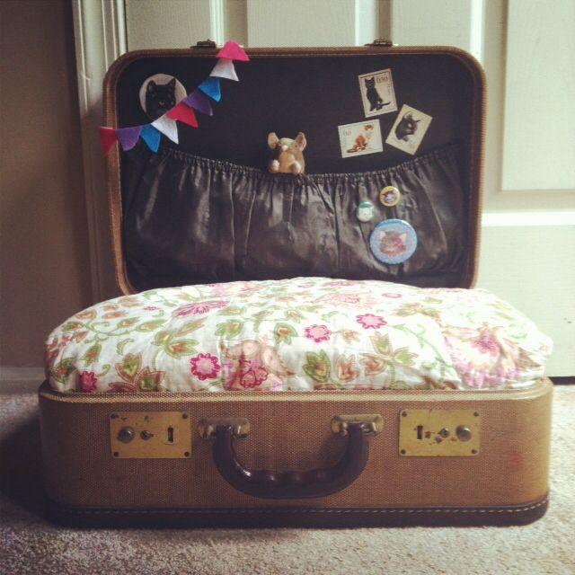 vieille valise transform e en panier pour chat fanions d co chats pinterest. Black Bedroom Furniture Sets. Home Design Ideas