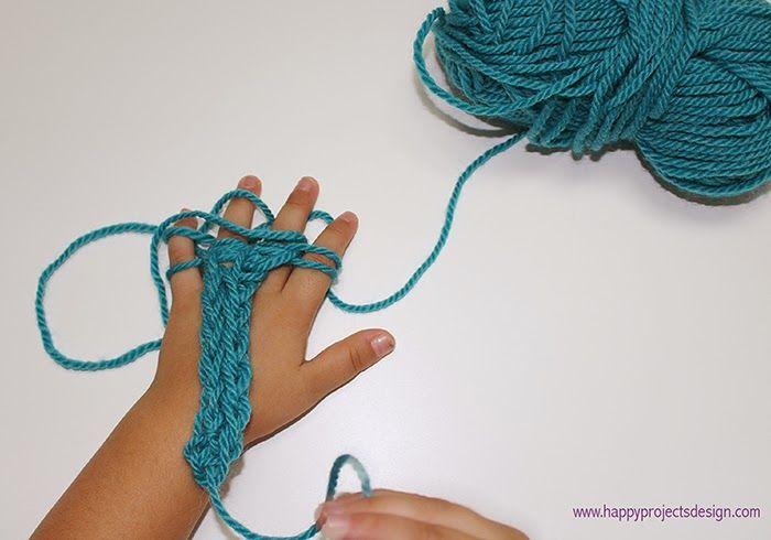 Tejer con los dedos 3. Empezando por el meñique: saca la hebra inferior del dedo pasándola de abajo hacia arriba 4. Haz lo mismo con las hebras inferiores del resto de dedos hasta tener una única hebra en cada dedo.  5. Vuelve a pasar el hilo entre los dedos como en el paso 1 hasta tener dos hebras por dedo otra vez y vuelve a empezar ;) 6. A medida que avances, en la parte posterior de la mano se irá formando un tejido en forma de cordón tubular.