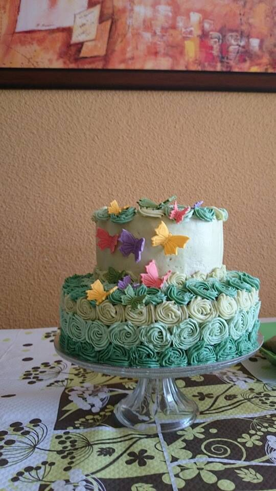 Tarta decorada con rosetones de buttercream
