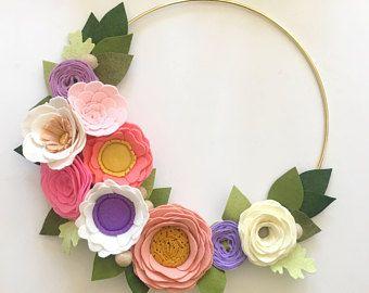 Photo of FELT FLOWER WREATH // Corona rosa // Corona moderna // Arte floreale // Corona a cerchio d'oro // Corona floreale // Rose + Papaveri + Anemoni
