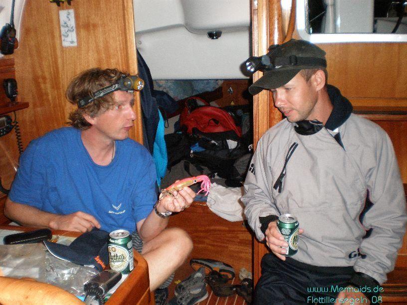 Skipper und sein Co zur Lage an Bord und weiterem Verlauf des Segelurlaub!