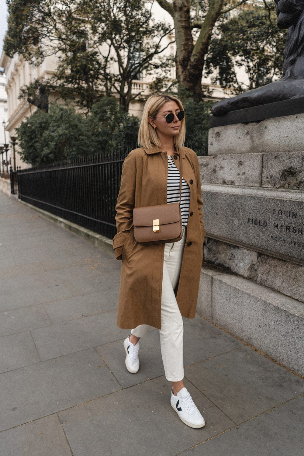 Photo of Emma Hill-Stil, brauner Mac-Mantel, gestreiftes T-Shirt, weiße Jeans, Veja V-10-Turnschuhe, …