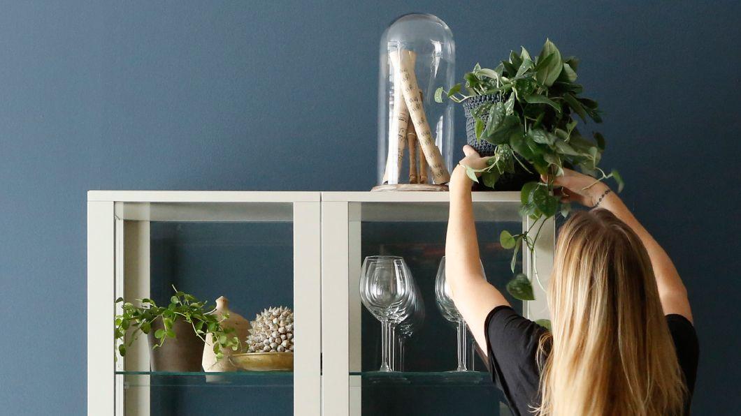 Deixe que o seu serviço elegante de jantar empreste os seus poderes de decoração à sua sala, mesmo depois de o jantar terminar. Our stylist shows how!