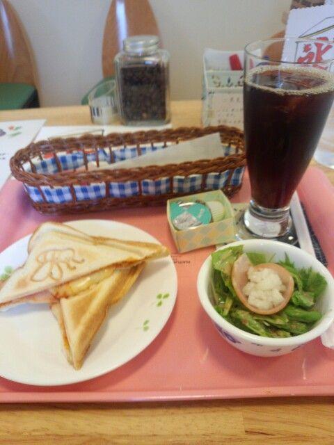 今日のお昼ご飯はホットサンドピザ風味とアイスコーヒーいただいています。とてもおいしいです。
