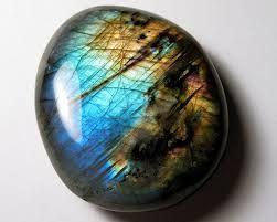 I Doni nei Nodi: A proposito di pietre e cristalli.