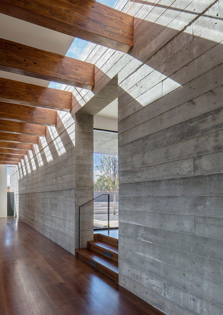 This Ridge Top House In Santa Fe Is Organised Around A Pair Of Perpendicular Concrete Walls That Orie Concrete Interiors Concrete Architecture Concrete Houses