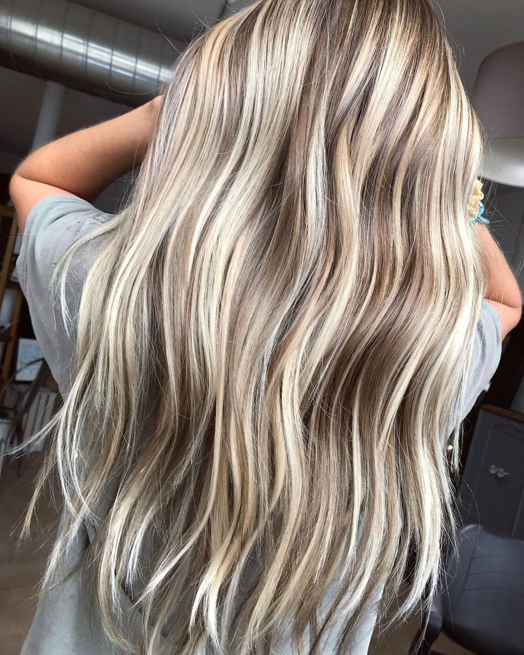 Blonde Strahnen In 2020 Blonde Haare Mit Strahnen Balayage Haare Blond Blonde Strahnen