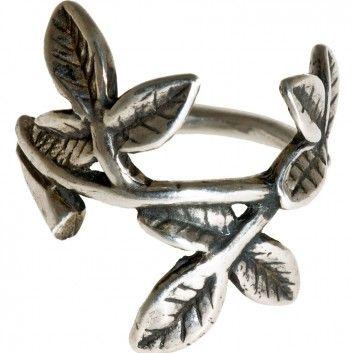 Dieser Silberring ist wie ein kleines, weises Gedicht, das dir ein Lächeln auf die Lippen zaubert. Vom Amsterdamer Label Gem Kingdom.