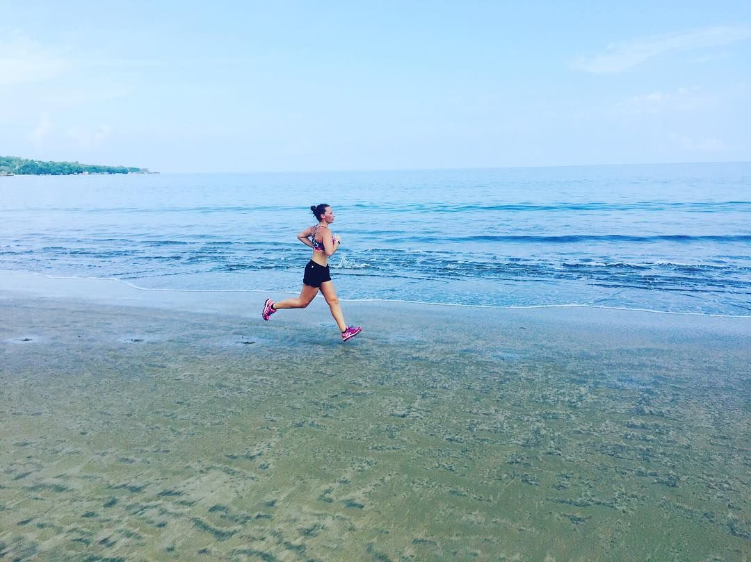 FUNDAY - RUNDAY  ... ein Strandlauf gleich in der früh ist der beste Start in den Tag ... love it  your only limit is you - stay focused   #goodmorning #running #runninggirl #runningtime #timetorun #beachrun #beach #focused #feelfree #runners #goals #morningrun #sun #yourlimitisyou by fitness.lifestyle.coach.nadine