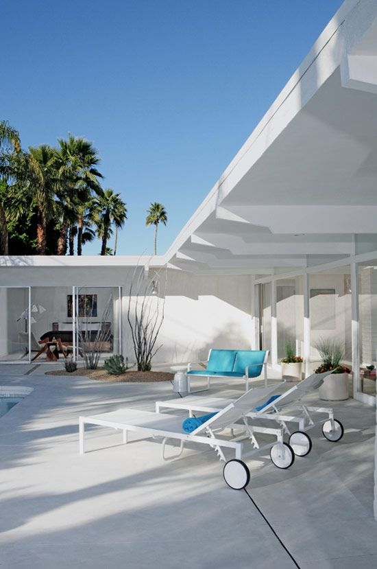 We love the white design in this mid-century home Whitney and - piscinas dentro de casa
