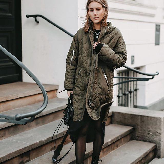 on sale 052e1 073cd Mehr Schwarze Streetstyle Handtasche Outfit Grüner Mantel wq
