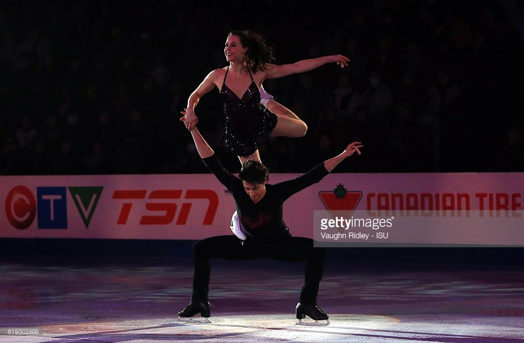 News Photo : Tessa Virtue and Scott Moir of Canada perform in...