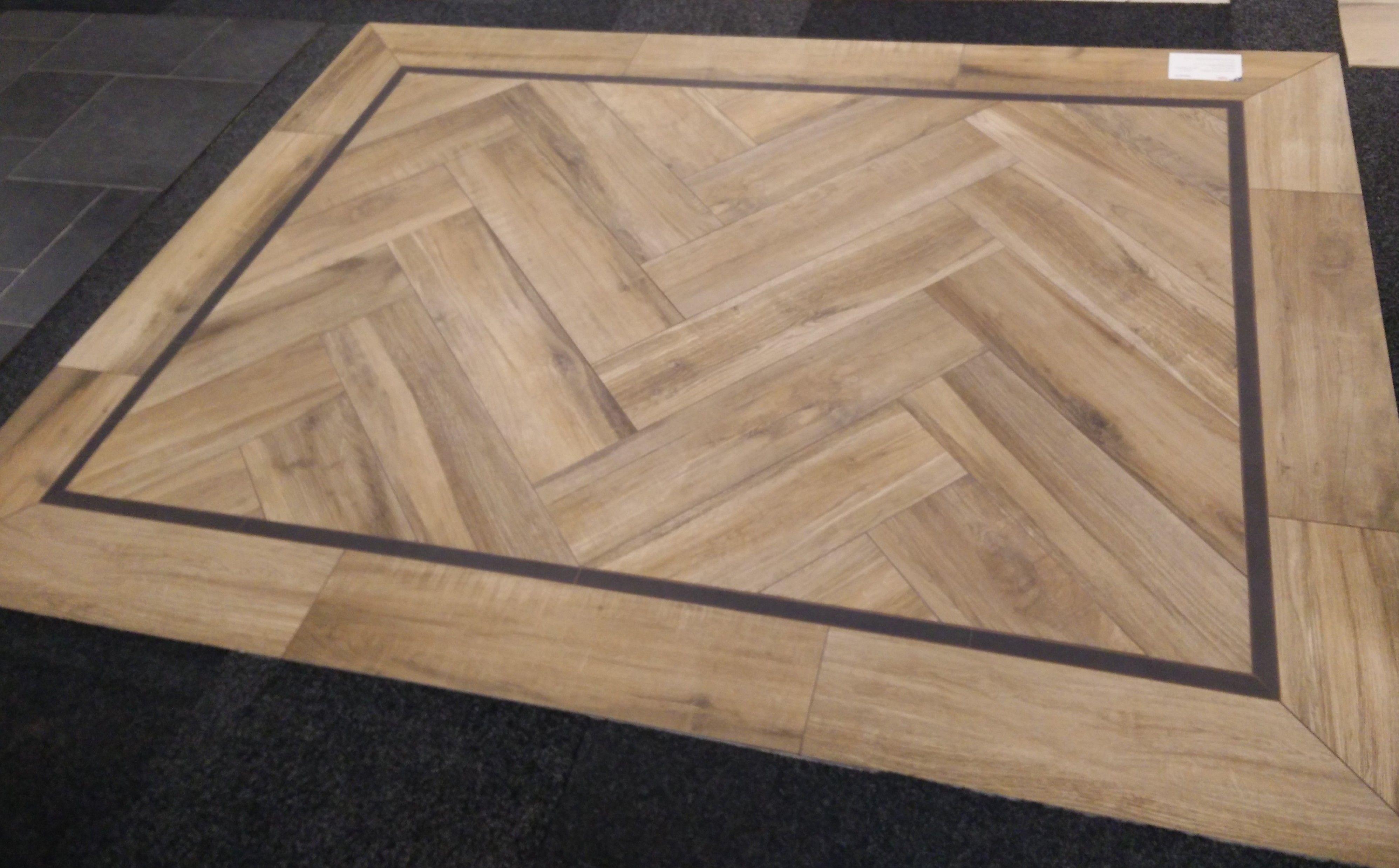 Visgraat hout vloer met zwarte bies. de warme en sfeervolle