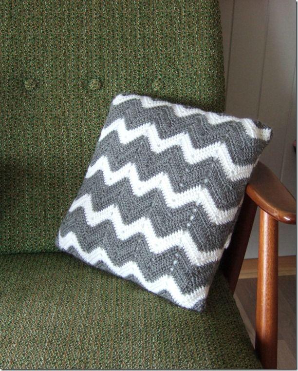 crochet chevron stitch pillow case free pattern and tutorial crochet freepattern homewares. Black Bedroom Furniture Sets. Home Design Ideas