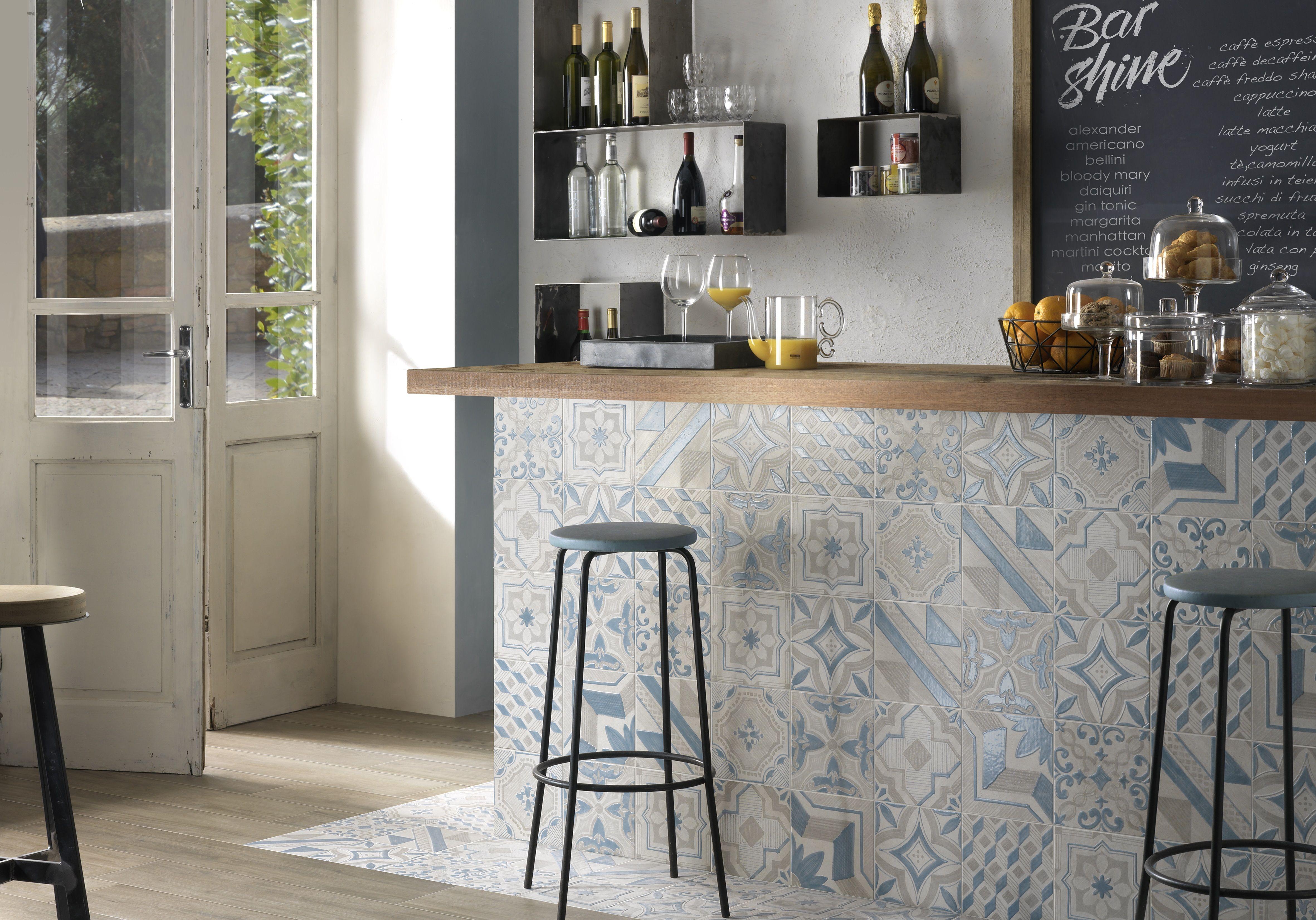 Rivestimento bancone bar realizzato con piastrelle cm blue
