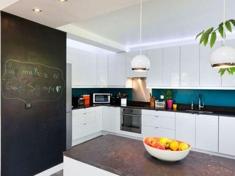 cuisine blanche, une touche de bleu canard et de noir ...