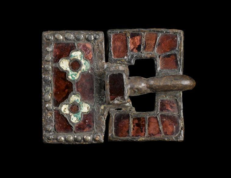 Boucle de ceinture, en or, grenat et verre, provenant d Arcy-Sainte ... ab146036a5c