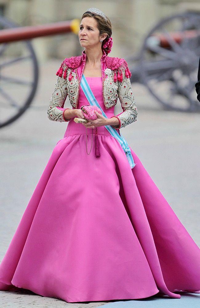 Infanta Elena, duquesa de Lugo eligió un vestido de color fucsia y ...