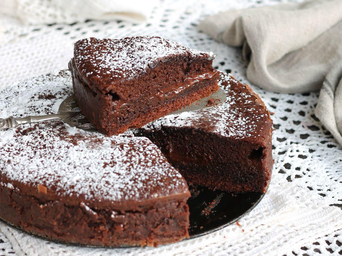La torta versata al cioccolato è un dolce furbo che si prepara senza ...