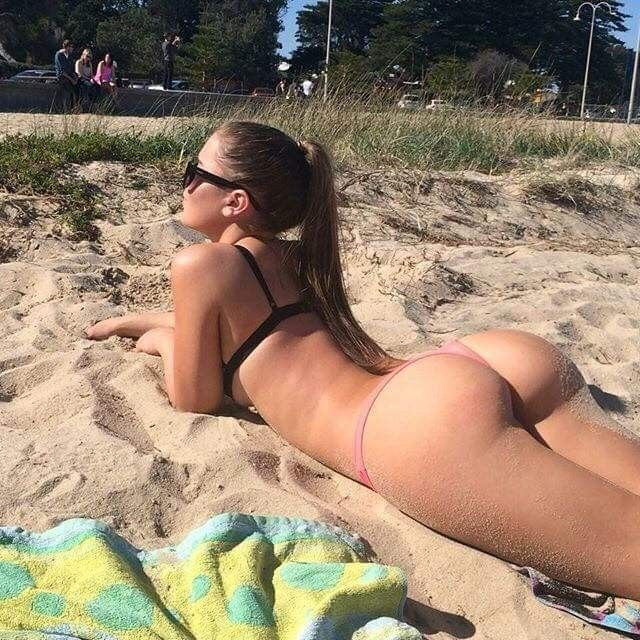 Bubble butts in bikini