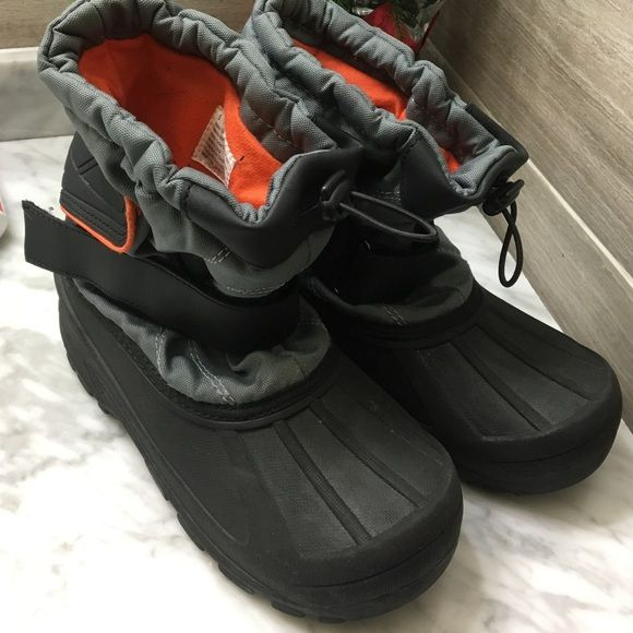 Snow boots boys size 5... Fits women's 6.5 / 7 Very good condition!! Nice and warm!! Thermolite Shoes Winter & Rain Boots