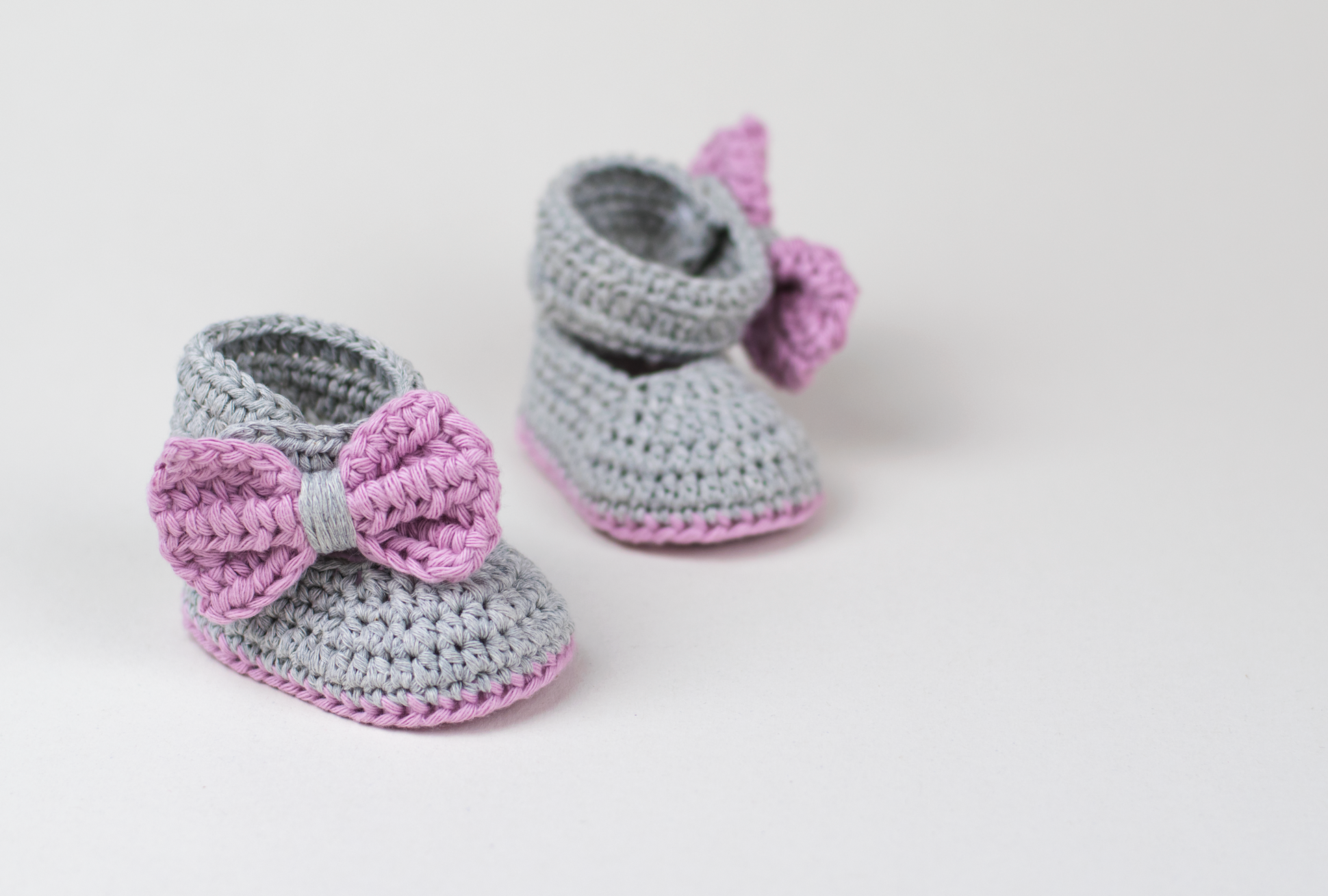 Lavender Bow Tie Crochet Baby Booties | Zapatitos y pantuflas ...