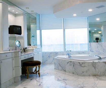 De marmeren badkamer tegels van het marmerhuis lenen zich
