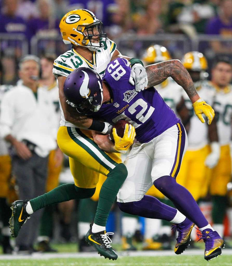Minnesota Vikings Tight End Kyle Rudolph 82 Catches A Pass In Front Of Green Bay Packers Strong Safety Micah Hyde Vikings Football Nfl Football Games Packers