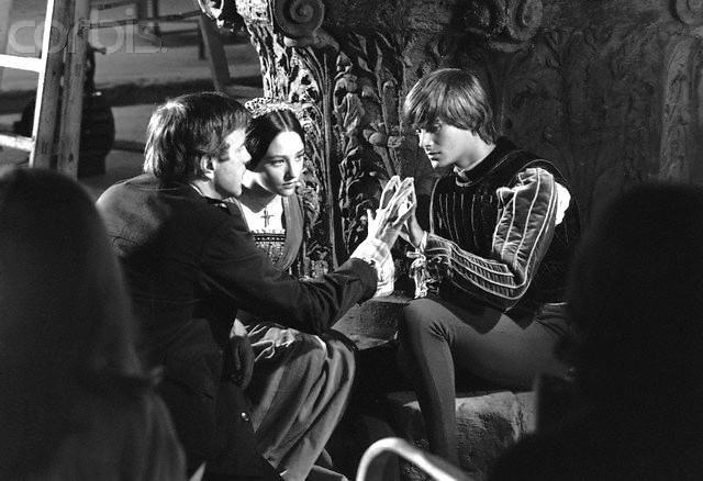 "Franco Zeffirelli directing Leonard Whiting and Olivia Hussey in ""Romeo and Juliet"" (1968)  Fonte: www.tumblr.com/tagged/franco%20zeffirelli"