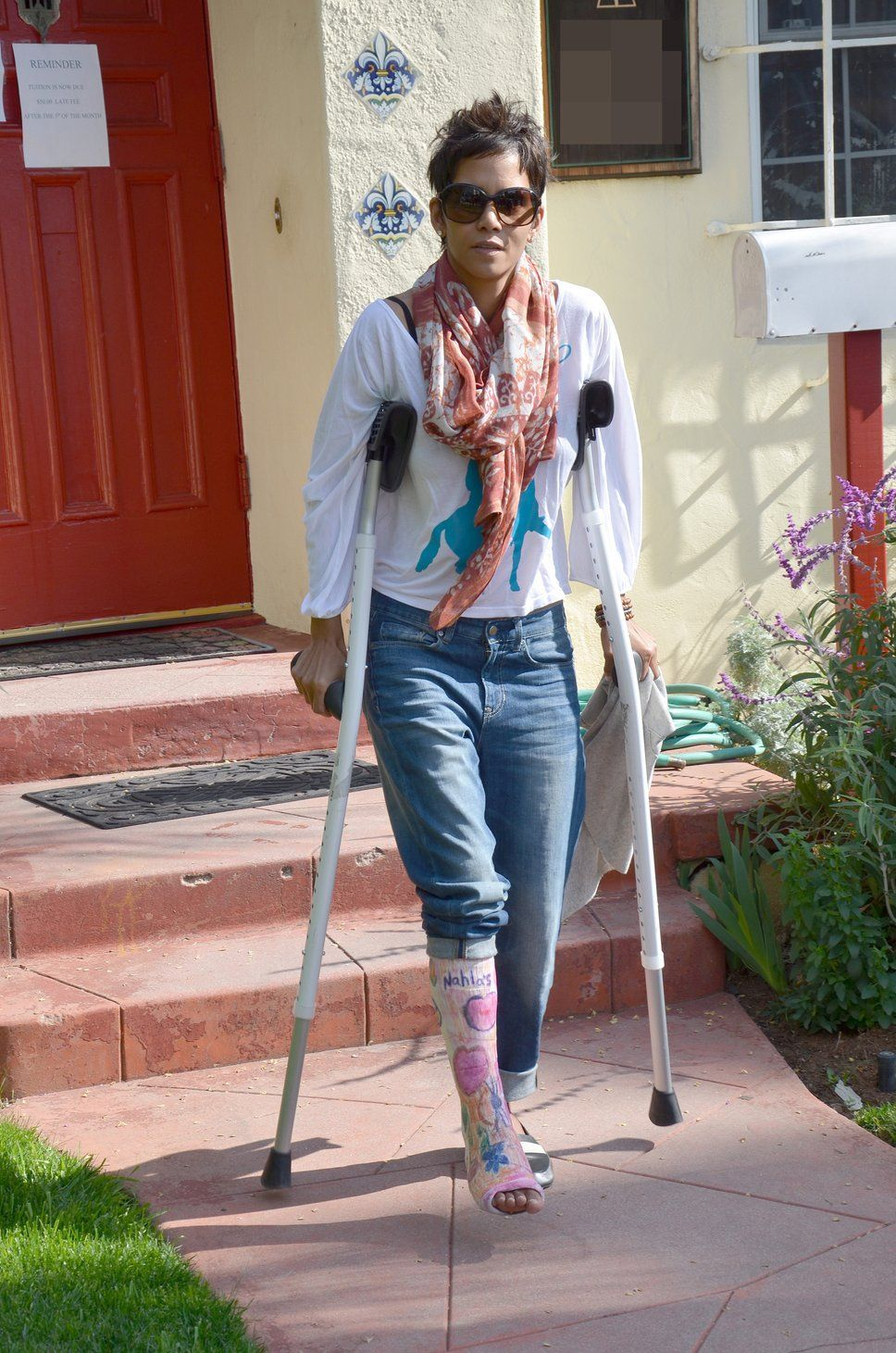 Halle Berry on crutches due to a broken foot  #HalleBerry